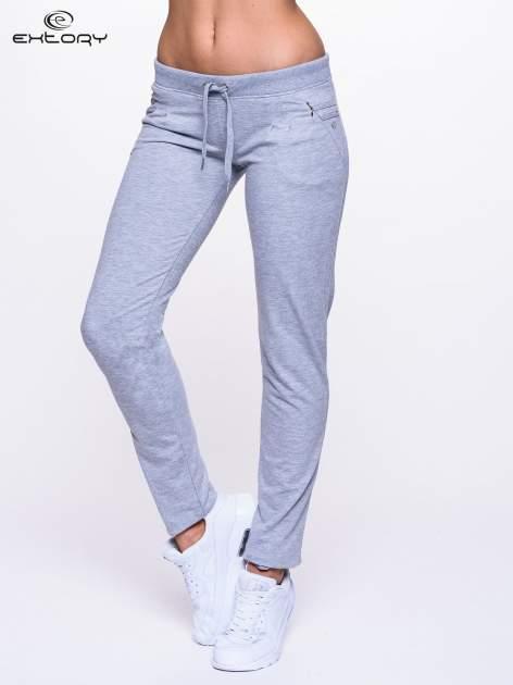 Jasnoszare spodnie dresowe z dżetami przy kieszeniach                                  zdj.                                  1