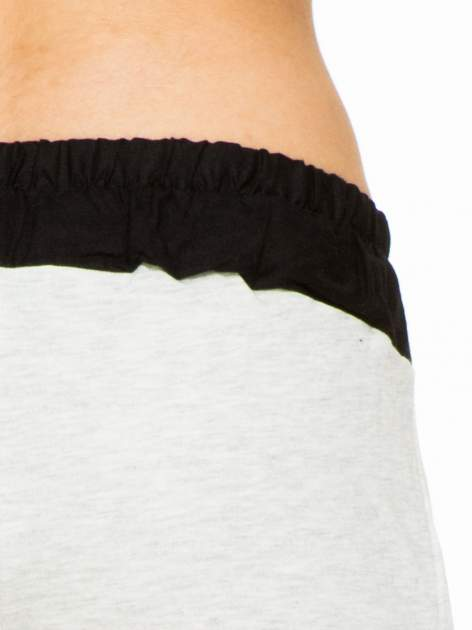 Jasnoszare spodnie dresowe z elastycznym kontrastowym pasem                                  zdj.                                  5