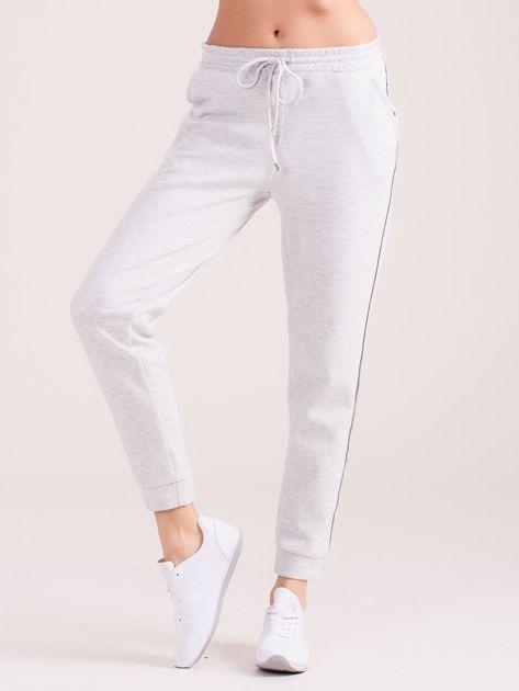 Jasnoszare spodnie dresowe z kieszeniami                              zdj.                              1