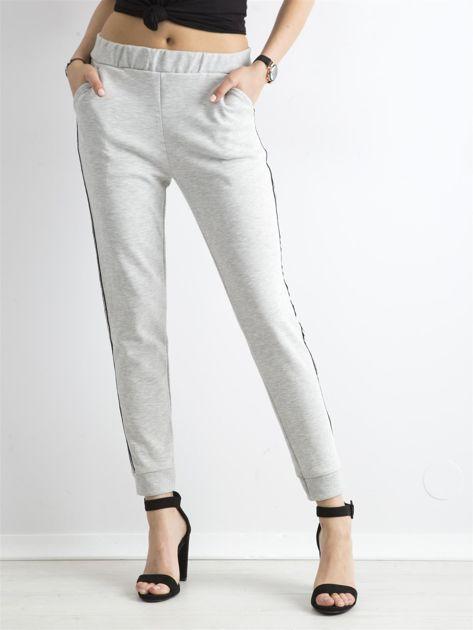 Jasnoszare spodnie dresowe z lampasem                              zdj.                              1