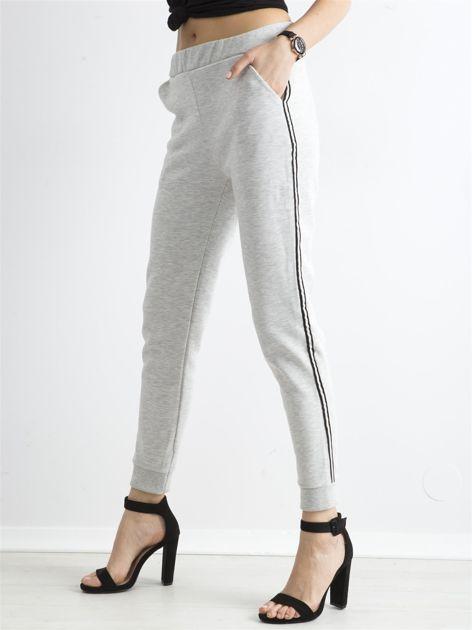 Jasnoszare spodnie dresowe z lampasem                              zdj.                              3