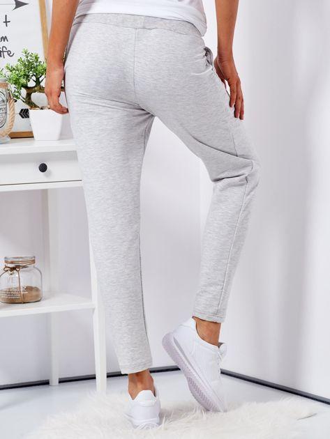 Jasnoszare spodnie dresowe z naszywkami                                  zdj.                                  2