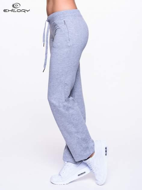 Jasnoszare spodnie dresowe ze skórzaną lamówką                                  zdj.                                  3