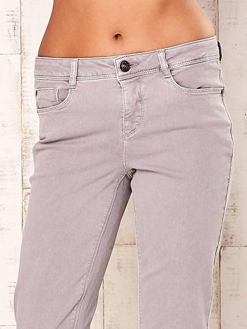 Jasnoszare spodnie o prostym kroju                                  zdj.                                  4