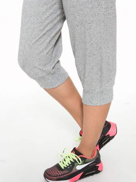Jasnoszare spodnie sportowe typu capri wiązane w pasie                                  zdj.                                  9