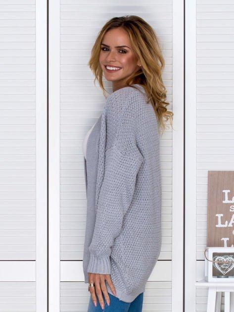 Jasnoszary fakturowany otwarty sweter                                   zdj.                                  5