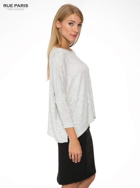 Jasnoszary melanżowy sweter oversize o obniżonej linii ramion z rozporkami po bokach                                  zdj.                                  3