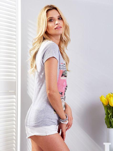 Jasnoszary t-shirt z fotograficznym nadrukiem                                  zdj.                                  3