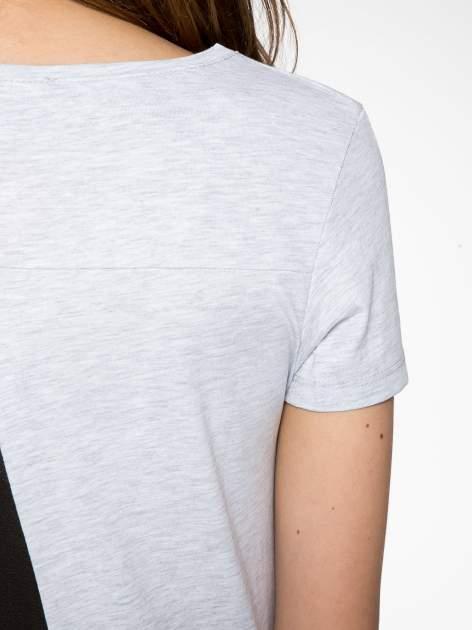 Jasnoszary t-shirt z kwiatowym nadrukiem zdobionym dżetami                                  zdj.                                  10