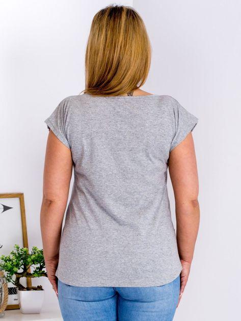 Jasnoszary t-shirt z motywem roślinnym PLUS SIZE                              zdj.                              2