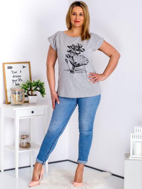 Jasnoszary t-shirt z motywem roślinnym PLUS SIZE                                  zdj.                                  4