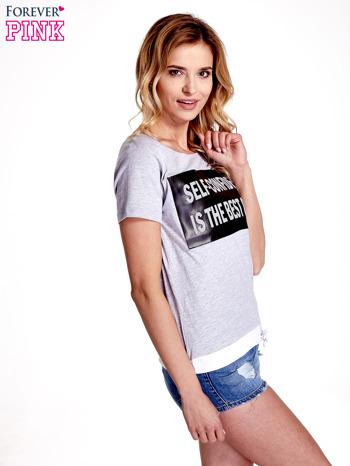 Jasnoszary t-shirt z napisem SELF-CONFIDENCE IS THE BEST OUTFIT                                  zdj.                                  3