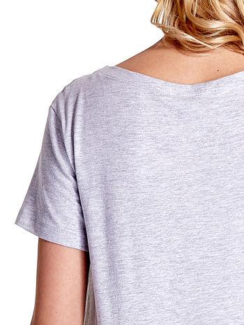 Jasnoszary t-shirt z napisem SELF-CONFIDENCE IS THE BEST OUTFIT                                  zdj.                                  8