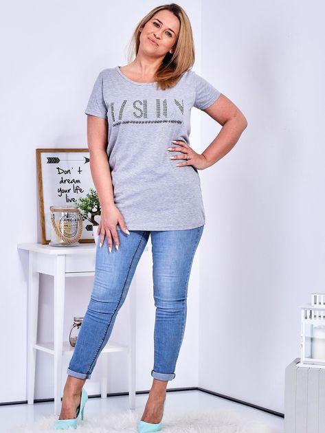 Jasnoszary t-shirt z napisem z perełek PLUS SIZE                                  zdj.                                  4