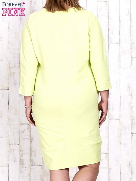 Jasnozielona sukienka dresowa z sercem z dżetów PLUS SIZE                                  zdj.                                  4