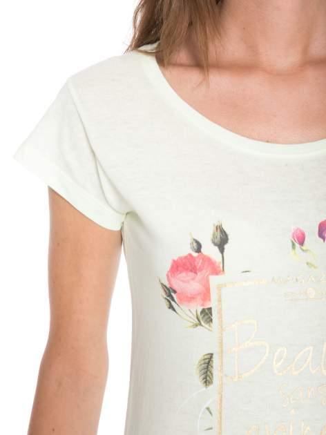 Jasnozielony t-shirt z kwiatowym nadrukiem i złotym napisem                                  zdj.                                  7