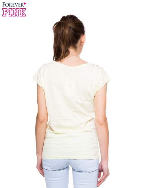 Jasnożółty t-shirt z nadrukiem piórek w stylu boho                                  zdj.                                  3