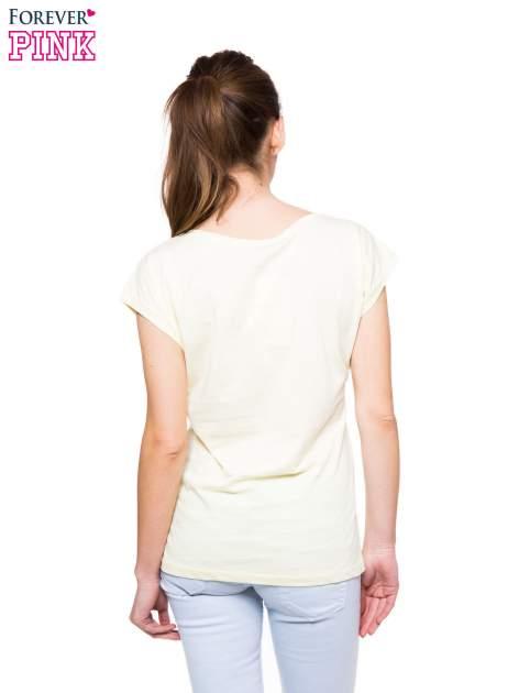 Jasnożółty t-shirt z nadrukiem pocałunku                                  zdj.                                  2
