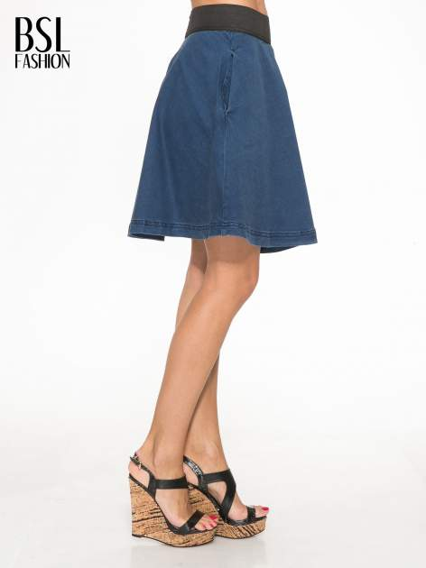 Jeansowa mini spódnica skater z gumą w pasie                                  zdj.                                  3