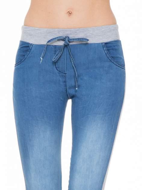 Jeansowo-dresowe spodnie typu tregginsy wiązane w pasie                                  zdj.                                  5