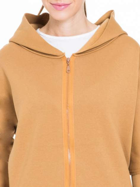 Karmelowa bluza na suwak z kapturem z surowym wykończeniem                                  zdj.                                  5