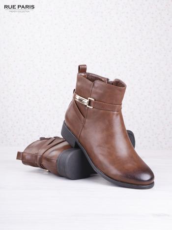 Karmelowe botki faux leather na klocku ze złotą sprzączką na suwak                                  zdj.                                  3