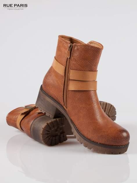 Karmelowe tłoczone botki biker boots z klamrami                                  zdj.                                  4