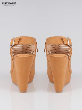 Karmelowe zamszowe sandały na koturnie Noelle                                  zdj.                                  3