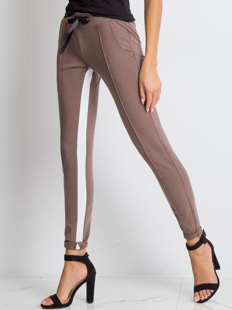 Kawowe spodnie dresowe Defined                              zdj.                              3