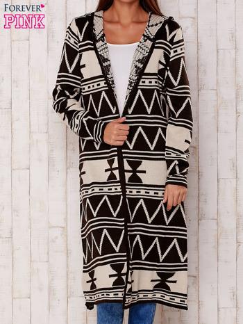 Kawowy długi sweter motywy geometryczne