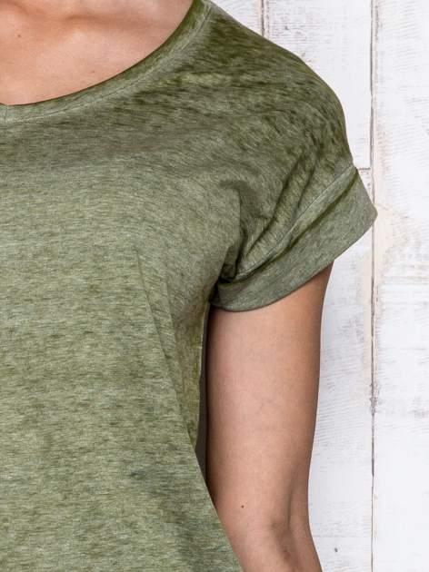 Khaki asymetryczny t-shirt z trójkątnym dekoltem                                  zdj.                                  6