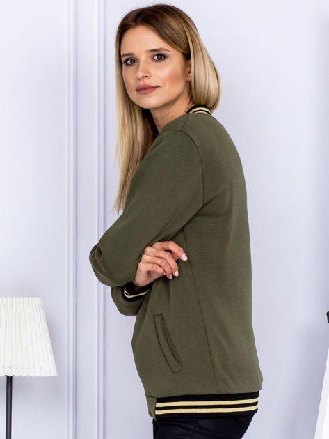 Khaki bluza bomberka z naszywką litery                                  zdj.                                  5