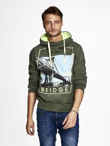 Khaki bluza męska z kapturem i nadrukiem Brooklyn Bridge                              zdj.                              1