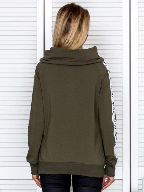 Khaki bluza z szerokim kołnierzem i printową taśmą                               zdj.                              2