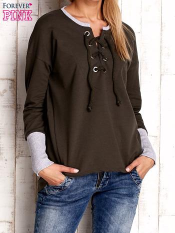 Khaki bluza z wiązaniem i szerokim ściągaczem                              zdj.                              1
