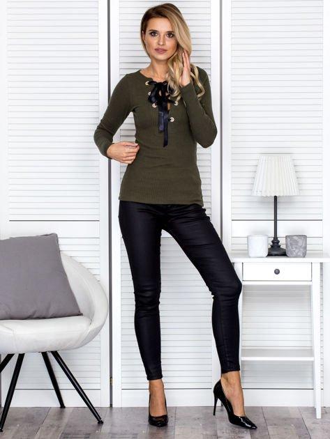 Khaki bluzka damska ze sznurowanym dekoltem                               zdj.                              4
