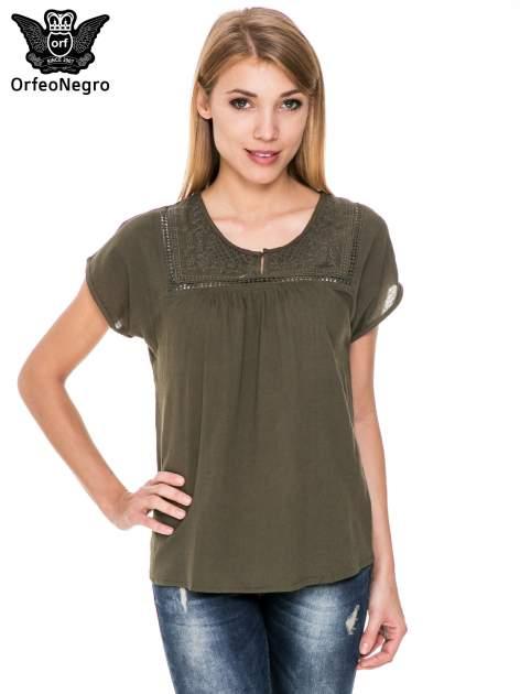 Khaki bluzka koszulowa z haftem i ażurowaniem przy dekolcie                                  zdj.                                  1