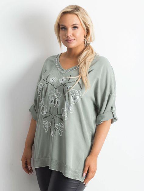 016ba6e10c Khaki bluzka z nadrukiem i aplikacją PLUS SIZE - Bluzka plus size ...