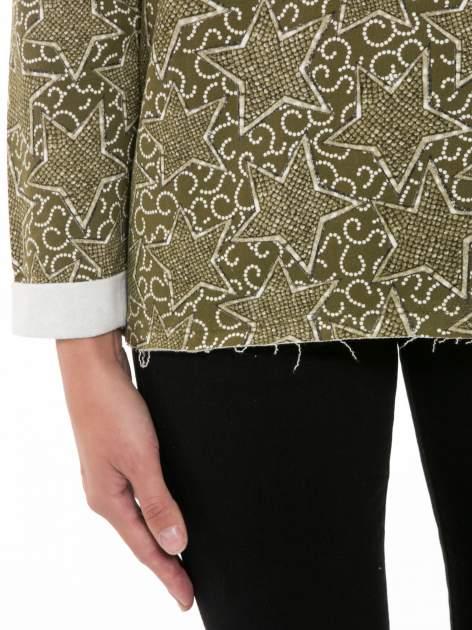 Khaki bluzka z surowym wykończeniem we wzór gwiazd                                  zdj.                                  6