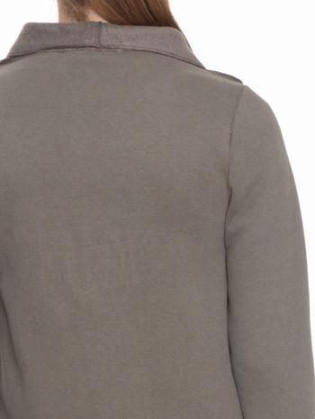 Khaki bluzonarzutka z klapami o kroju waterfall                                  zdj.                                  8