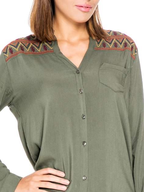Khaki koszula z haftem etno na ramionach i kieszonką                                  zdj.                                  7