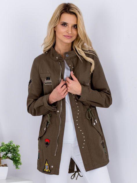 Khaki kurtka z naszywkami i aplikacją                              zdj.                              1