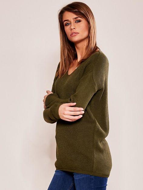 Khaki luźny sweter w serek                              zdj.                              3