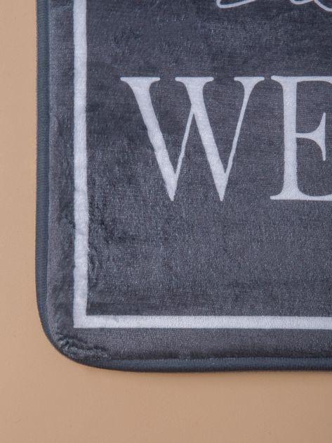 Khaki mata podłogowa z napisem                              zdj.                              2
