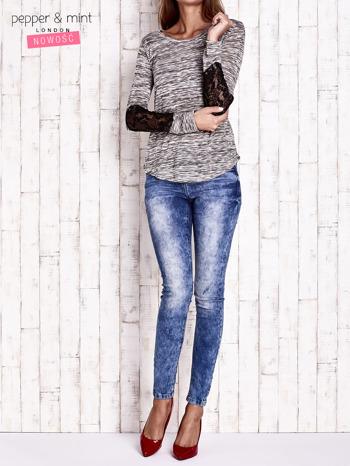 Khaki melanżowa bluzka z koronkowymi wstawkami na rękawach                                  zdj.                                  2