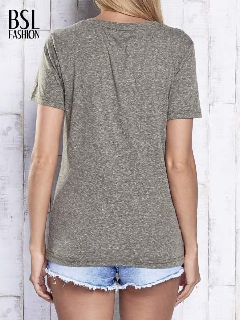 Khaki melanżowy t-shirt z trójkątnym dekoltem                                  zdj.                                  2