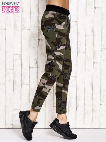 Khaki ocieplane spodnie dresowe z militarnym motywem                                  zdj.                                  2
