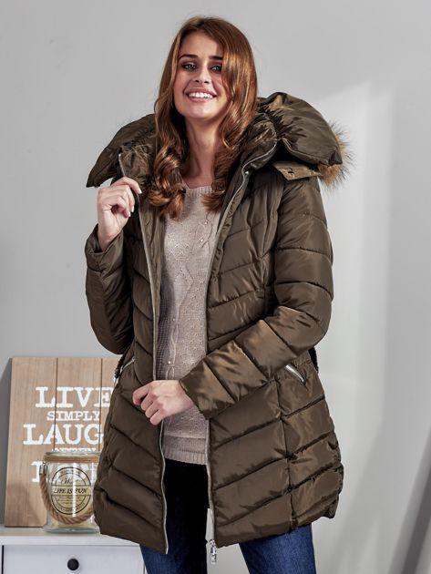 Khaki pikowany płaszcz damski z futrzanym kołnierzem                              zdj.                              1