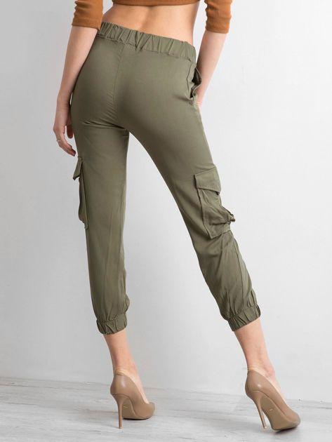 Khaki spodnie z kieszeniami i wiązaniem                              zdj.                              2