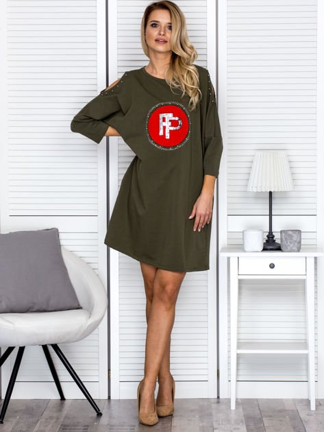 Khaki sukienka damska oversize z perełkami i okrągłą naszywką                              zdj.                              4